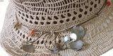 Trendy dames Ibiza look strohoed met schelpen in wit en beige_