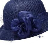 Cloche jaren 20 style van toyostro kleur kobalt met bloemversiering met netje _