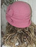 Roze Elegant wollen dameshoedje in cloche model met bloem versiering_