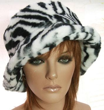 Imitatie bonthoed dameshoed met zebra print kleur zwart wit