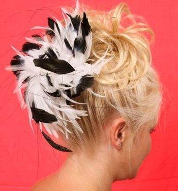 Haarversiering PETULA Zwart witte fascinator met veel veren