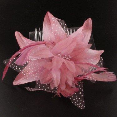 Haarversiering kammetje bloem met veren in lilaroze