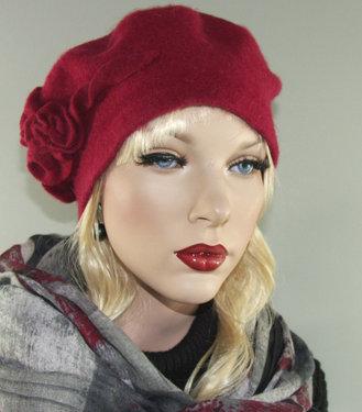 Rode wollen baret met bloemdecoratie