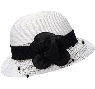 Cloche jaren 20 stijl kleur wit met zwarte bloemversiering en netje