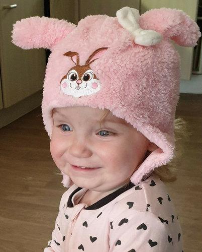 Babymuts met afbeelding konijn in roze en wit