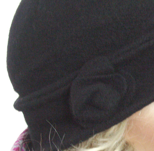 Aanbieding: Zwart wollen hoedje met bloem applicatie