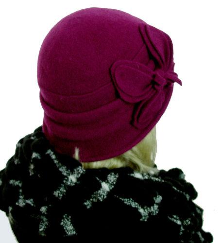 Wollen dameshoedje in cloche model met bloem versiering kleur fuchsia