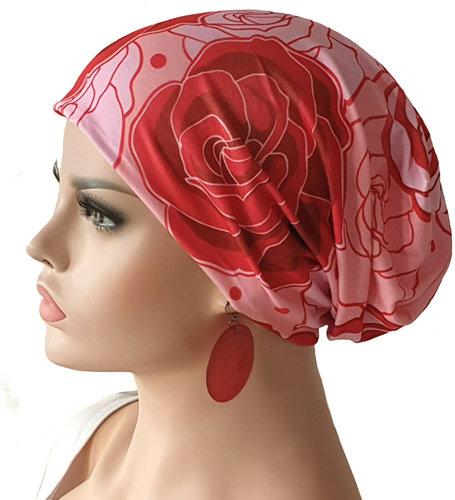 Chemomuts beanie bij haarverlies kleur rood roze rozen print maat one size