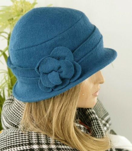 Wollen dames winterhoed met bloem kleur petrol blauw