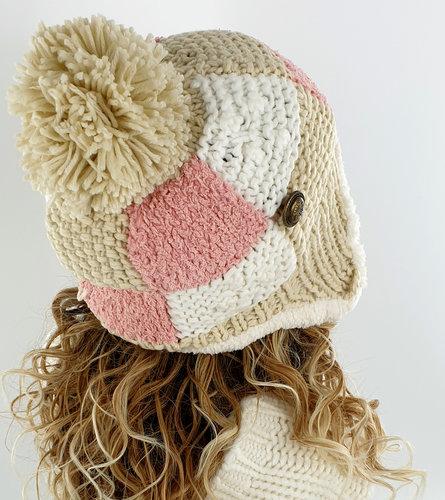 Gebreide gevoerde wintermuts met oorflappen met pompon kleur wit beige roze