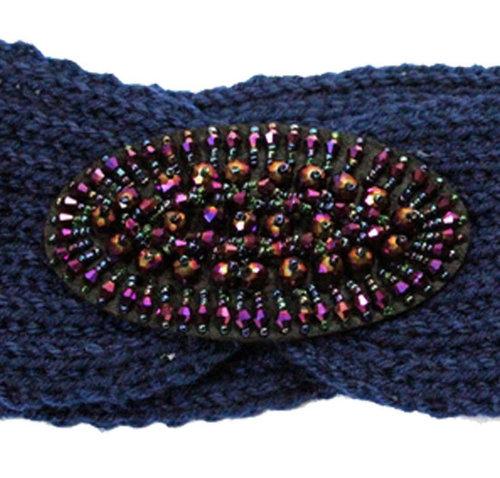 Blauwe gebreide hoofdband met gekleurde versiering