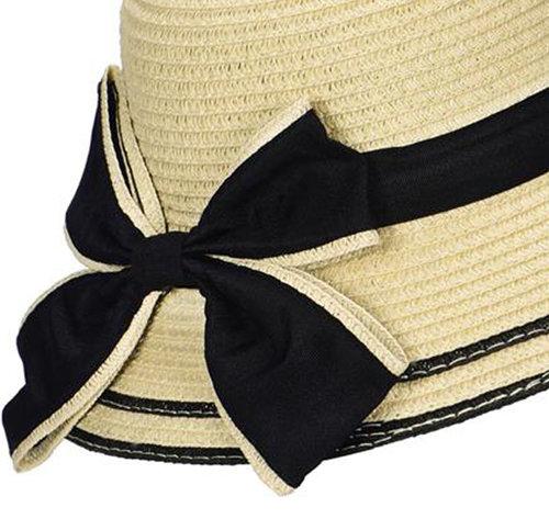 Elegante dameshoed van toyostro kleur lichtbeige met zwarte strik